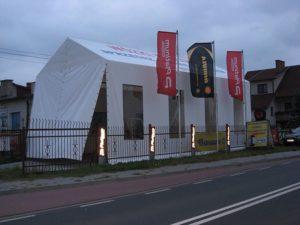 Wysoka konstrukcja namiotu magazynowego.